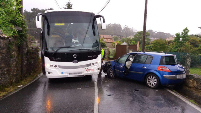 El autobús y el turismo implicados en el accidente. DP