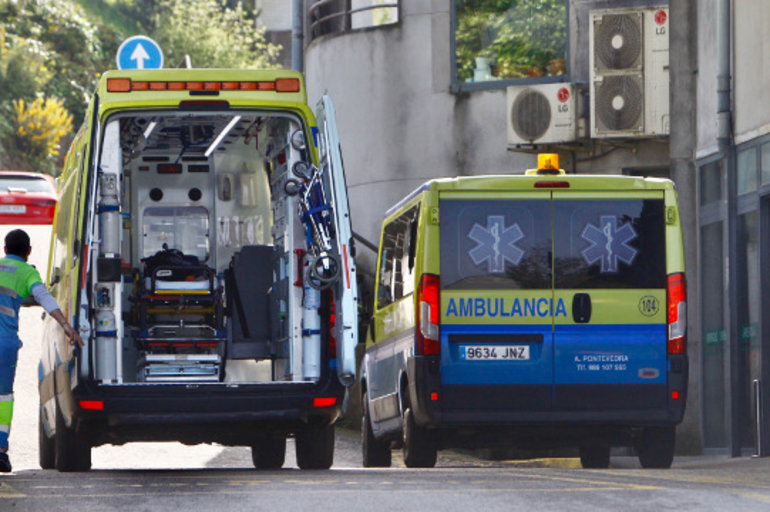 Ambulancias frente al Hospital de Montecelo. DAVID FREIRE