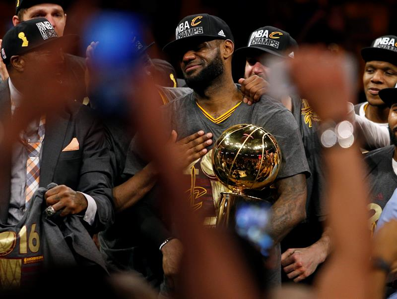 LeBron James, con el trofeo de la NBA tras derrotar a los Warriors