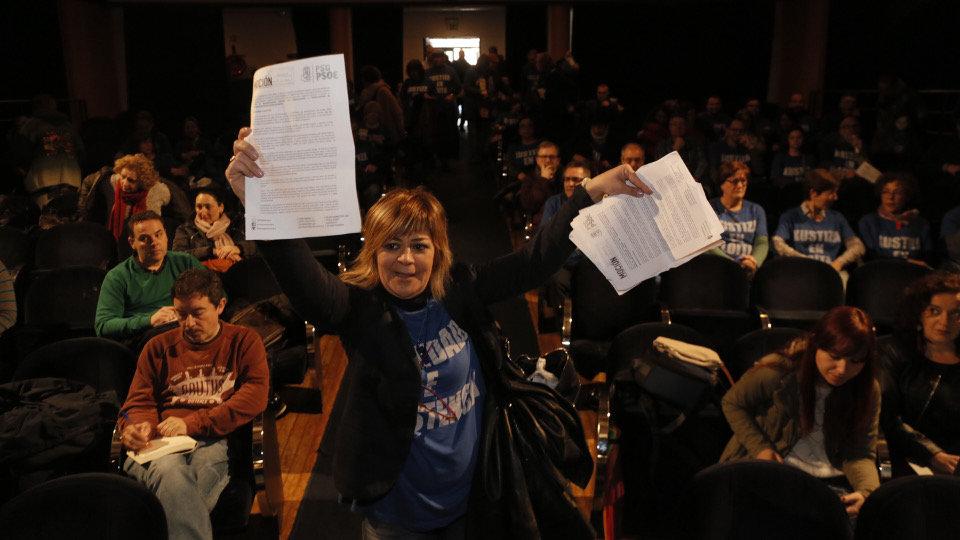 Una funcionaria de Xustiza muestra la moción del PSOE para apoyar la huelga y rechazada por el PP. GONZALO GARCÍA