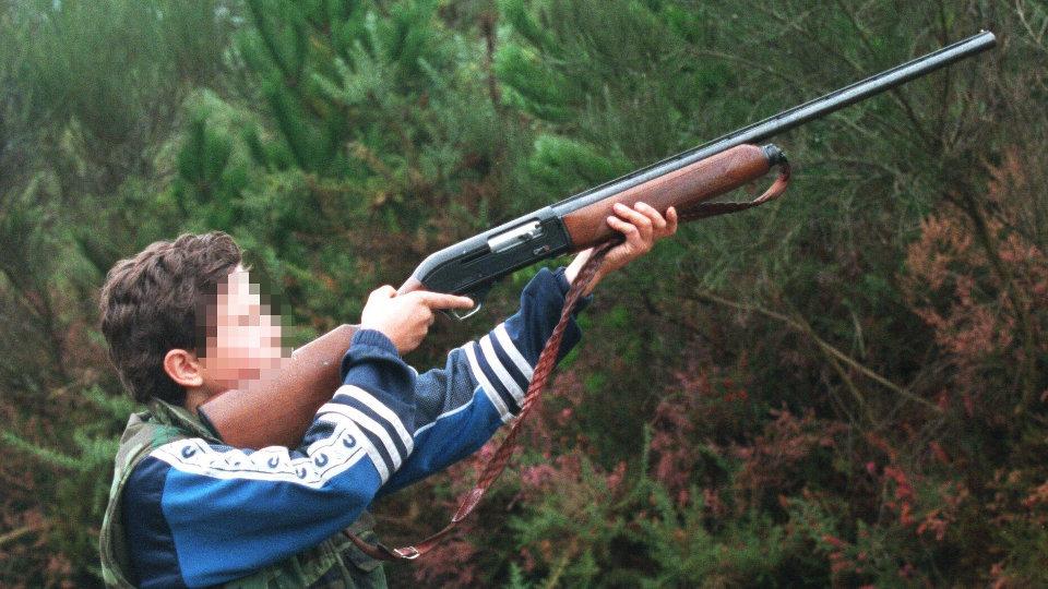 Permitir que los menores puedan usar armas de fuego es nefasto para su educación, además de un grave peligro.