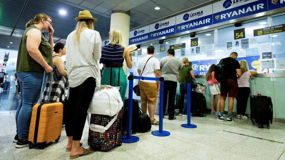 253f766a7 Usuarios en los mostradores de la aerolínea Ryanair durante uno de los días  de huelga.