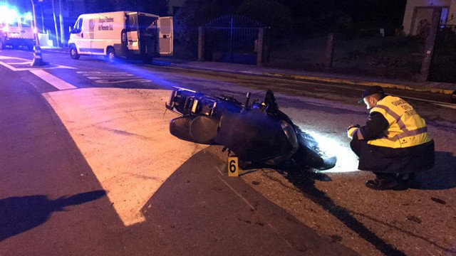 La moto del fallecido tras el accidente en Porto do Son. GUARDIA CIVIL