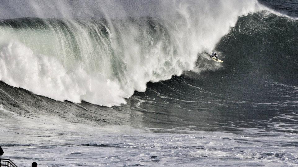 Un Surfista Desafa El Oleaje En Illa Pancha JM LVEZ