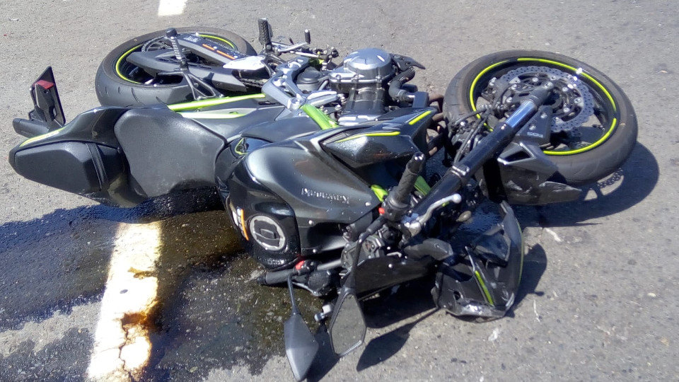 La moto accidentada en Cuntis. DP
