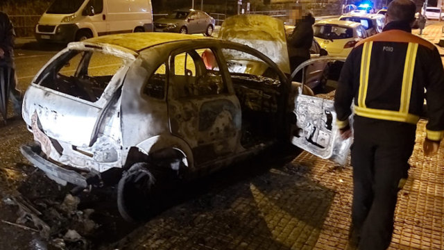 Un curtocircuito, posible causa do incendio que calcinou un coche en Poio