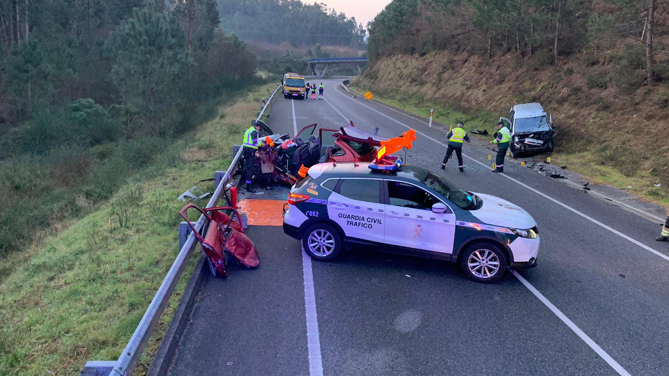 Los servicios de emergencia, en el lugar del accidente. GUARDIA CIVIL
