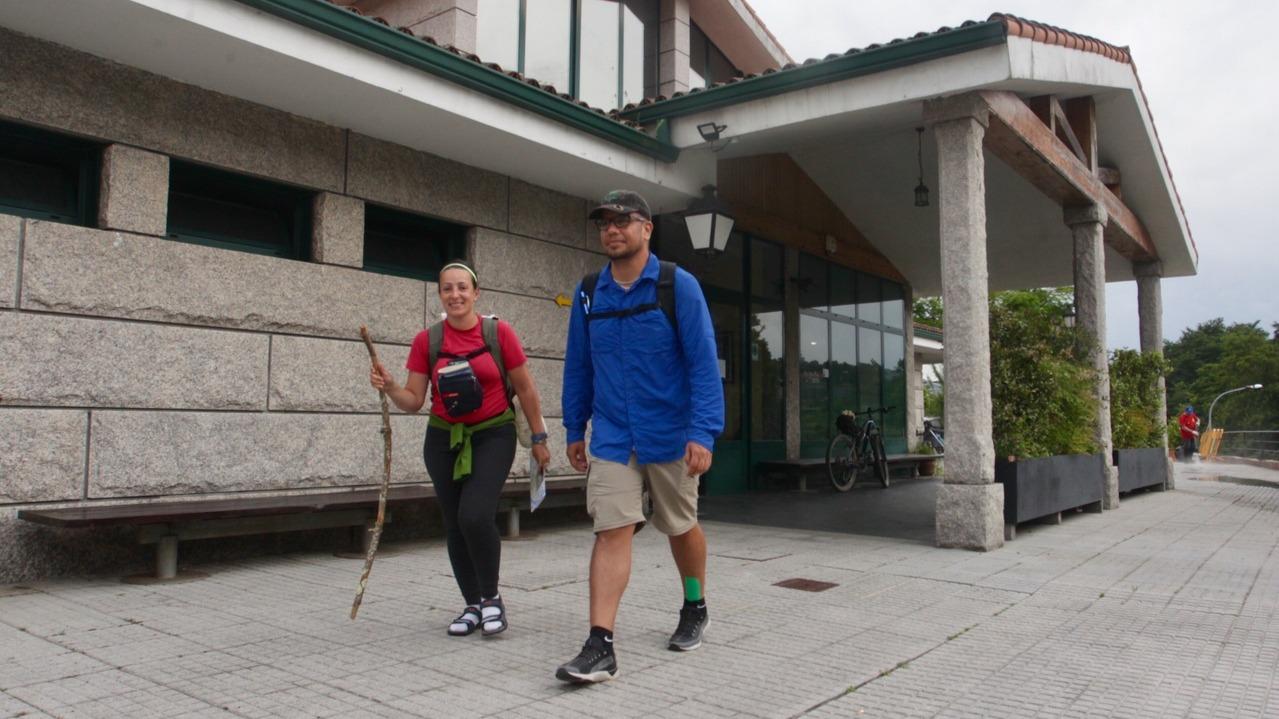 Peregrinos en la ruta hacia Santiago saliendo del albergue pontevedrés. DAVID FREIRE