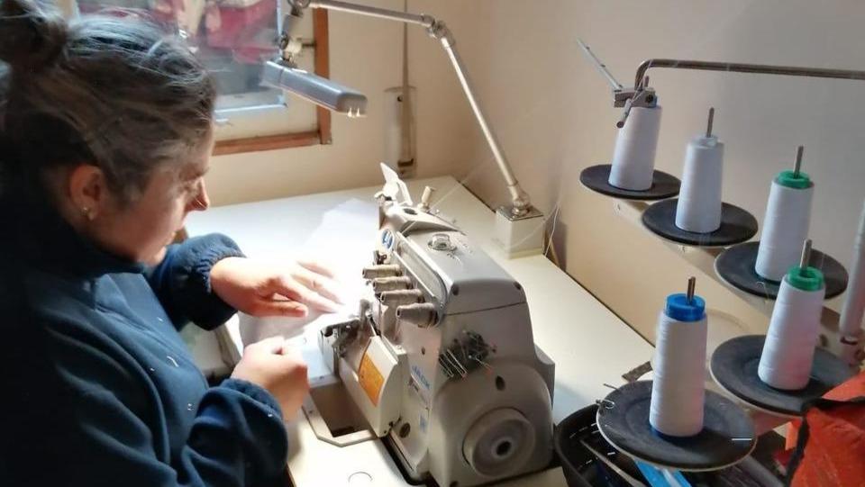 Oito costureiras de Barro e Romai únense para fabricar gorros e máscaras caseiras
