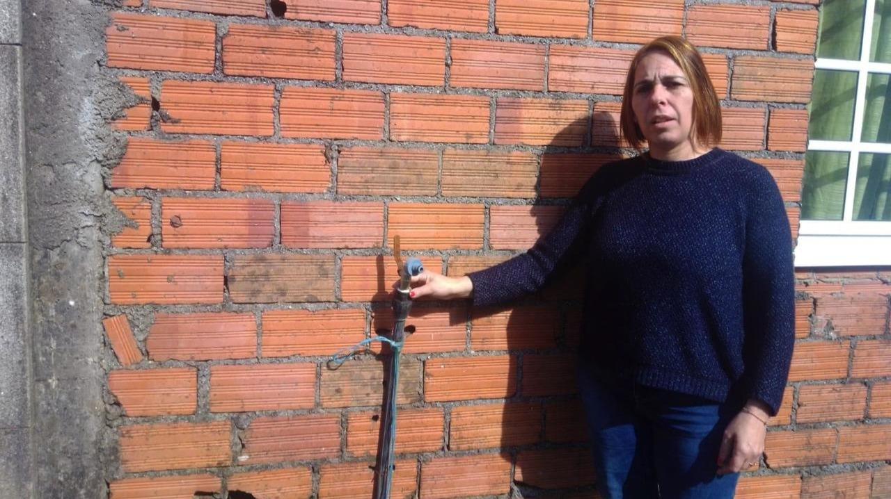 Las promesas del BNG y PSOE: Sigue sin agua potable la familia de Barro que espera por el pozo de Adif