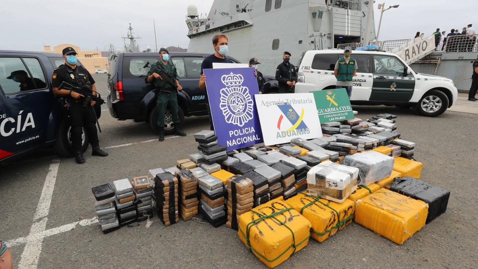 Autoridades junto al alijo de cocaína incautado en el velero. ELVIRA URQUIJO (EFE)