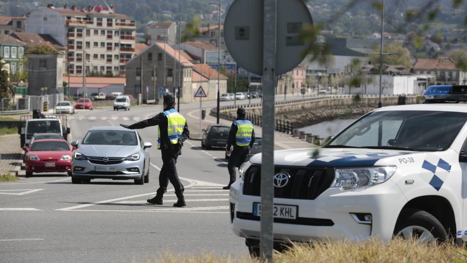 control de la Policía Local en el puente de las Corrientes, cerca de la gasolinera de O Burgo