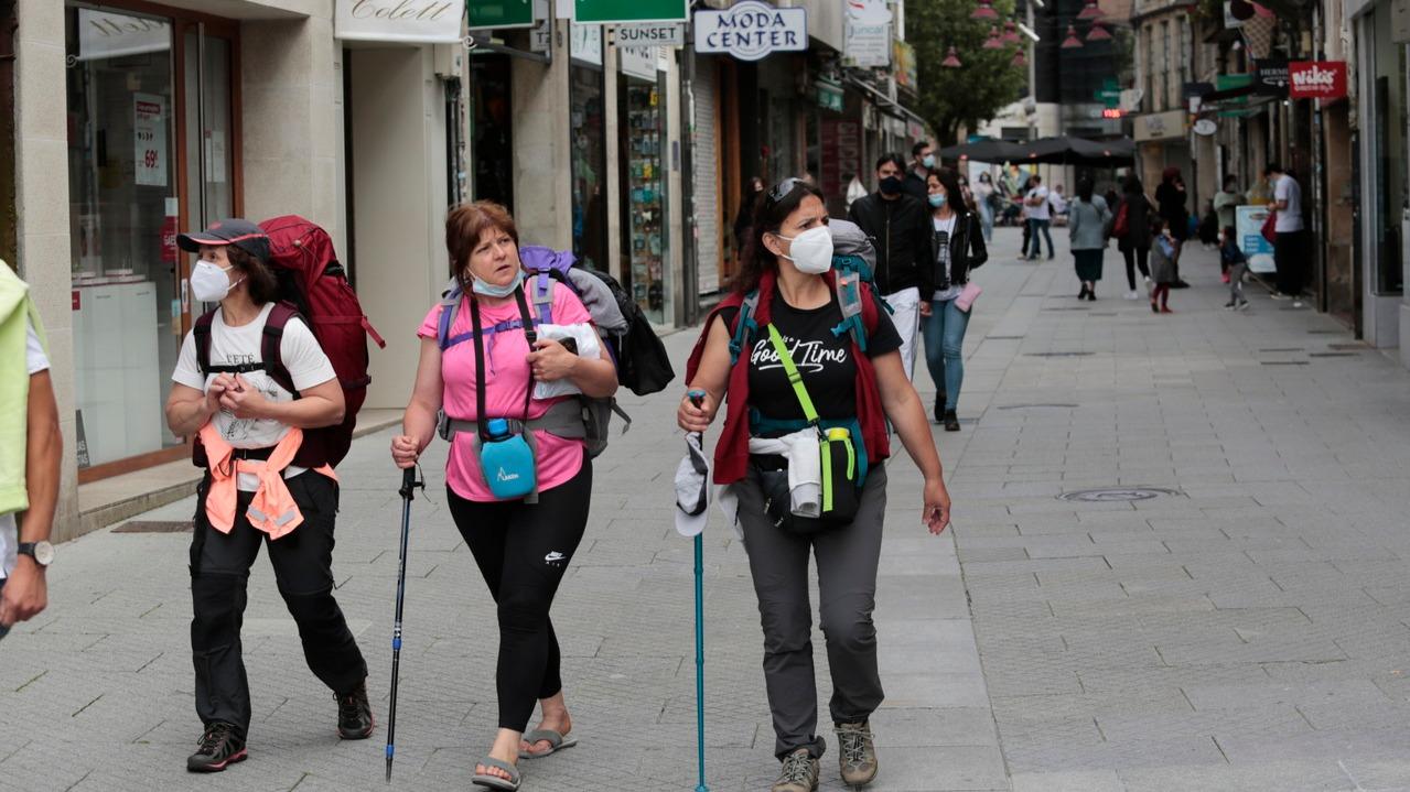Varias peregrinas caminando por el centro de Pontevedra